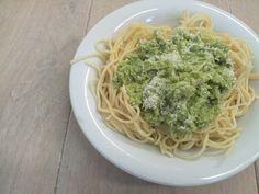 Wat ik nog niet eerder had gezien is broccoli pesto. Ik kwam dit receptje tegen en dacht ik dat het vast veel werk zou zijn. Maar niets is minder waar.