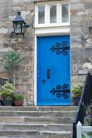 blue door - I'm pretty sure that this is the color I'm gong to paint our front door in a few weeks Entrance Doors, Doorway, Garage Doors, Front Doors, Cool Doors, Unique Doors, Knobs And Knockers, Door Knobs, Portal