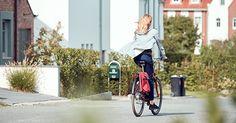 Der Weg ins Büro, in den Supermarkt, die Kita oder ins Café – wer alltägliche Wege mit dem Rad zurücklegt schützt nicht nur die Umwelt, sondern tut auch etwas Gutes für seine Gesundheit. Viele Aufgaben, die wir mit dem Auto oder öffentlichen Verkehrsmitteln erledigen, lassen sich auch mit dem Fahrrad bewältigen & sind so eine Chance ganz einfach mehr Bewegung in euren Alltag zu bringen. Worauf wartet ihr noch? Ab aufs Rad und los geht's!  #mehrBewegung #AlltagaufdemRad #vsffahrradmanufaktur Cambridge Satchel, Baby Strollers, Bags, Autos, Day Care, Health, Baby Prams, Handbags, Prams