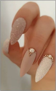 Best and Playful Glitter Nails Design Ideas in This Week - Page 19 of 35 Hey girls! Do you like to wear shiny nails? They look so glamorous and set you apart from the crowd. Bright nail designs are always fashiona Nail Design Glitter, Glitter Nail Art, Nails Design, Silver Glitter, Black Glitter Nails, Stiletto Nail Designs, Matte White Nails, Glitter Balloons, Glitter Slime
