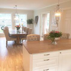 Lekker kombinasjon av Louis barstoler og vingestoler fra @classicliving på det delikate kjøkkenet til @synn75  #classicliving #classy #homedesign #house #interiør #furniture #home  #interior125 #vakrehjemoginteriør #housestyling #homestyling #vakrehjem #housedecor #nordiskehjem #nordicinspiration #boligpluss #bobedre #skandenaviskehjem #finahem #livingroom #kitchen #bedroom #interiordesign #interiors #louiswingchair #louisbarchair #sand @classicliving