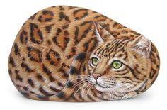 Un meraviglioso esemplare di gatto del Bengala dipinto su pietra! Sassi unici dipinti a mano ad acrilico dall'artista Roberto Rizzo.