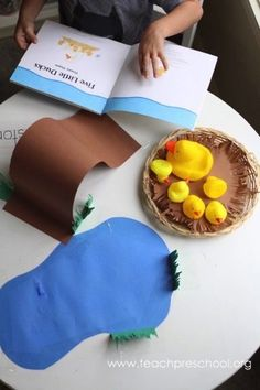 Telling the story of five little ducks – Teach Preschool Literacy Bags, Preschool Literacy, Preschool Books, Preschool Lessons, In Kindergarten, Teach Preschool, Preschool Printables, Farm Animals Preschool, Retelling Activities
