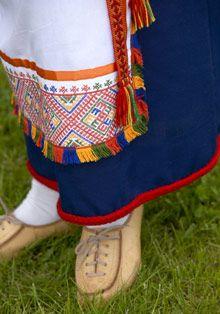 Pukeutuminen: Kansallispuku – Kotiliesi Folk Costume, Costumes, Picnic Blanket, Outdoor Blanket, Folk Fashion, Tapestry Weaving, Traditional Dresses, Finland, Scandinavian