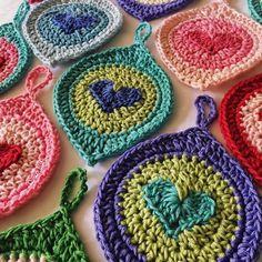 Ravelry: Lovebomb Christmas Ornament pattern by Queen Babs Crochet Puff Flower, Crochet Flower Patterns, Crochet Patterns For Beginners, Cute Crochet, Crochet Motif, Crochet Flowers, Crochet Toys, Crochet Hearts, Crochet Feather