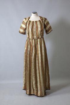Νυφικό φόρεμα. Φορέθηκε στην Προύσα γύρω στο 1840. Δωρεά Ευάγγελου και Φαίδρας Πιτταρίδη Black Sea, Shibori, Short Sleeve Dresses, Traditional, Greek Costumes, Wedding Dresses, Greeks, Folk Art, Weaving