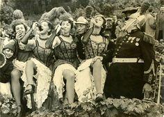 Les danseuses du Moulin Rouge font les vendanges de la vigne de Montmartre 1956