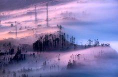 国立公園の名前の一部になっているスメル山は、ジャワ島で最も高い山で、標高は3600mを超える。また、「ブロモ」はこの地域で最も人気のある山、ブロモ山から、「テンゲル」はこの地域に暮らす先住民、テンゲル族からとったものだ。- National Geographic   霧のブロモ・テンゲル・スメル国立公園