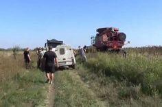 """Битва за урожай: фермер против """"Правого сектора"""".   Фермер из Днепропетровской области остался без урожая. Когда он приехал на поле, то увидел, что его подсолнечник косят чужие комбайны. Боевики «Правого сектора», находившиеся на его угодьях, заявили, что всего ли�"""