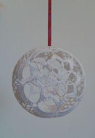 Neanomat: Pitsipallon ohje Lampe Crochet, Crochet Art, Crochet Gifts, Christmas Globes, Christmas Ornaments, Crochet Butterfly, Drops Design, Doilies, Christmas Crafts