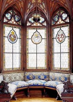 37 Inspiring Victorian Bay Window Seat Ideas Bay windows are eye-catching amenities you'll often see on classic houses and older Victorian homes. They can look very elegant … Leaded Glass, Stained Glass Windows, Linderhof, Old Victorian Homes, Victorian Windows, Victorian Interiors, Victorian Furniture, Neuschwanstein Castle, Classic House