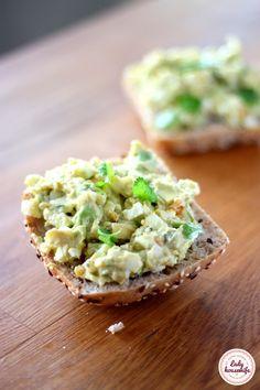 Pasta z jajek i awokado czyli kontynuacja cyklu zdrowych śniadań. Szukacie pomysłu na coś pysznego i zdrowego na kanapki?