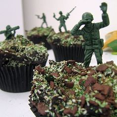 Cupcakes for BOYS or that military person in your life. Great party cake or favor. Chocolate cupcakes with camo sprinkles and chocolate shavings with little army men stuck in. How easy is that? Cupcakes For Boys, Love Cupcakes, Yummy Cupcakes, Cupcake Cookies, Camo Cupcakes, Party Cupcakes, Cupcake Wars, Army Party, Military Party