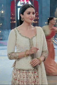 ghar more pardesiya. Pakistani Fashion Party Wear, Pakistani Bridal Dresses, Indian Dresses, Indian Outfits, Pakistani Clothing, Mehendi Outfits, Tunic Designs, India Fashion, Women's Fashion