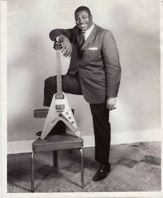 I really love these exciting pictures of guitars and well known players! Check it out! Music Pics, Music Images, Music Stuff, Rhythm And Blues, Blues Music, Jazz Blues, Rock & Pop, Rock And Roll, Gibson Flying V