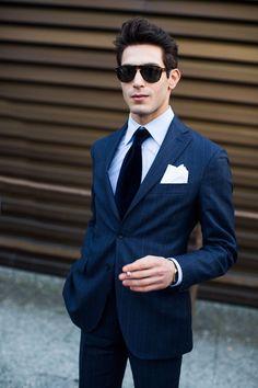 2015-04-15のファッションスナップ。着用アイテム・キーワードはサングラス, ストライプスーツ, スーツ(シングル), ネイビースーツ, ネクタイ, ポケットチーフ, 青シャツ,etc. 理想の着こなし・コーディネートがきっとここに。| No:101002