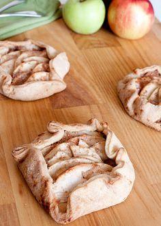 Rustic individual apple tarts (http://sweettwistoffate.blogspot.com.br/2011/11/free-form-apple-tarts.html)