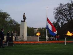 2 minuten stilte voor respect voor alle slachtoffers en verzetstrijders die hun leven moesten bekopen voor onze vrijheid.  1945 - 2015      70 jaar vrijheid
