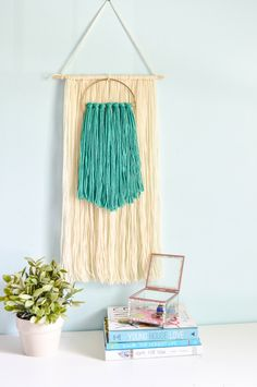 Learn how to make this stunning and simple Fiber Yarn Wall Art the easy way! Inexpensive, yet so chic, this wall hanging is a great addition to any space! Yarn Wall Art, Yarn Wall Hanging, Diy Wall Art, Hanging Wall Art, Wall Hangings, Art Journal Pages, Tutorial Paint, Yarn Crafts, Diy Crafts