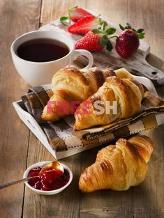Fresh croissants with coffee cup for a breakfast Good Morning Breakfast, Good Morning Coffee, Perfect Breakfast, Breakfast Time, Coffee Break, Café Croissant, Café Chocolate, Strawberry Tea, Eat This