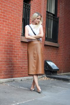 13 Fashion-Forward Office Outfit Ideas (The Edit) Sneakers To Work, Brown Leather Skirt, Leather Skirts, Casual Work Attire, Estilo Indie, Indie Fashion, Women's Fashion, Street Style Summer, Legs