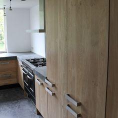Massief eiken houten keuken met ikea keuken kasten met een beton keukenblad