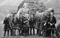Sami school in Vaisaluokta, Lappland, Sweden Sami school in Vaisaluokta, Lapland, 1950-1959. Teacher and school children. Samisk skola i Vaisaluokta. Lärare och skolbarn.