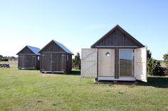 Dubbla luckor utvändigt med dörr och stort fönster innanför