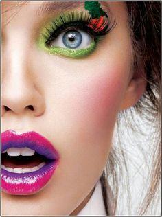 Maybelline  Jade Make up Mit grünem Lidstrich sowohl  oben als auch unten  für einen dramatischen Autritt. Pink lila farbige Lippen und einem Eyecatcher...