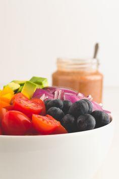 Ensalada arcoíris con aliño de tomate bajo en grasas. Una ensalada muy ligera y nutritiva, ideal para adelgazar. Solo tiene 174 calorías por persona.