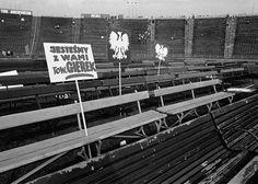 Stadion X-lecia, Warszawa 1976. Po zakończeniu pro-partyjnej manifestacji, w opustoszałym stadionie zostały tylko slogany propagandowe / wystawa
