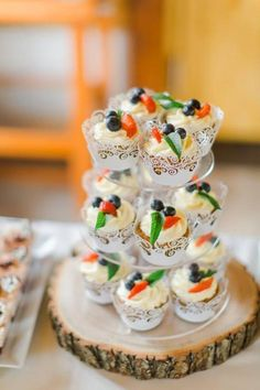 Svadobné koláčiky cupcakes wedding cakes candy bar koláče Wedding Cakes With Cupcakes, Candy, Bar, Desserts, Food, Tailgate Desserts, Deserts, Essen, Postres