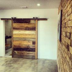 une porte en bois massif style rustique