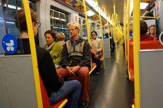 """Meditation in der U-Bahn: Augen zu und - Stille! """"Reumannplatz! Achtung, Türen schließen!"""", so die Stimme in den..."""