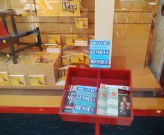 Bij de ingang van Boekhandel Los in Bussum kan je er niet omheen. Een mooie flyer van het boek Omgaan met gevoelsmensen van Sjaak Overbeeke. Uiteraard is binnen het boek te koop. #omgaanmetgevoelsmensen #sjaakoverbeeke #boekhandellos #futurouitgevers