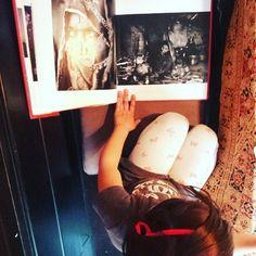 niña mirando libro de fotos de  india India, Cream, Look Books, Photo Books, Creme Caramel, Goa India, Indie, Indian