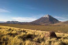 O Deserto do Atacama é o mais alto e mais seco do mundo. Localizado no norte do Chile, ele esparrama-se entre o Oceano Pacífico e a Cordilheira dos Andes. O Vulcão Licacanbur é um dos cartões-postais da região
