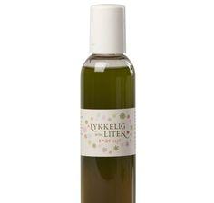 Denne badeoljen gir huden en skånsom og naturlig vask, uten skadelige tilsetningsstoffer. Badeoljen er blandet med ulike pleiende oljer og fuktbevarende stoffer, tilsatt en andel særdeles mild oljesåpe. Bruk noen dråper i badevannet eller på vaskekluten. Mange voksne bruker denne oljen som dusjolje. Den er pleiende og smørende og veldig skånsom for tørr og sensibel hud. Den inneholder bl.a. økologisk avokadoolje (som gir den grønne fargen), jojobaolje, aprikoskjerneolje, mandelolje…