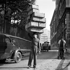 Making it look easy - luzfosca: Walter Joseph Street markets of London, - Vintage Street Style Vintage London, Old London, East London, London Life, London Pictures, Old Pictures, Old Photos, Vintage Photography, Street Photography