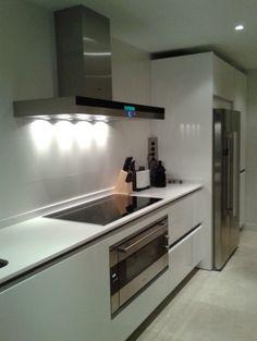 Nuestra protagonista de hoy: esta preciosa cocina en tonos blancos...
