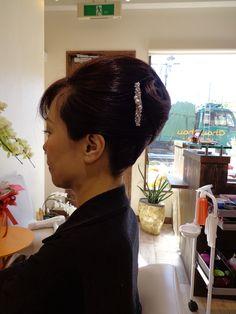 長い髪を巻かずにまとめあげました。 面を活かして、夜会巻きに。 シンプルですが、日本の美を表現した髪型ですね。 <before>