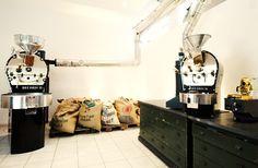 emilo DER LADEN Kafferösterei, Cafe bio Buttermelcherstr. 5 (Eingang Klenzestr.) D-80469 München Öffnungszeiten Mo-Fr 7-18 Uhr   Samstag 9-18 Uhr   Sonntag Ruhetag Telefon+49 (0) 89 6797 122-6 Mail laden@emilo.de