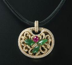 林芳朱作品  故宮富貴如意鎖項鍊 材質:米粒珍珠,翡翠,紅寶,18K金