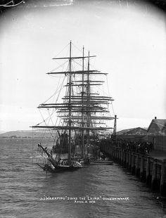 || The S.S. Wakatipu sinks the Laira at Dunedin wharf, 2 April 1898, by David De Maus