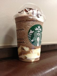 I WANT ONE!! :( When it comes to sweets, Japan doesn't pull any punches and Starbucks is no exception: their newest Japan-only drink, the Chocolate Cookie Crumble Frappuccino with White Chocolate Pudding, is one of the sweetest things you could suck through a straw.