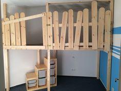 Hochbett bzw. Spielebene in einem winzigen Kinderzimmer mit schräger Wand.