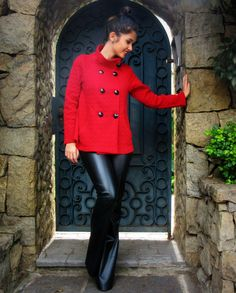 Leather flared pants with a red coat #ootd #flaredpants - Look com calça flare de couro com casaco de tricô vermelho.
