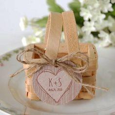 Finie la boite a dragées en carton, place aux minis paniers picnics: des paniers imitation osier, en bois naturel très tendance pour un mariage thème champêtre.