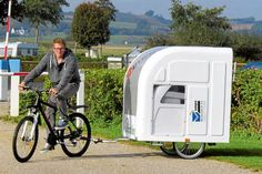 Neues Reisemobil für Radfahrer: Der Designer Mads Johansen aus Dänemark hat den Wide Path Camper entwickelt. Der Ultraleichte Caravan bietet der Schlafplätze für zwei Personen und ein Kind. Der kleine Caravan ist ausfahrbar und wiegt durch seine Leichtbauweise unbeladen nur 40 Kilogramm. Über 300 Lite Ladevolumen stehen zum Verstauen von Reisegepäck zur Verfügung. Im Innenraum