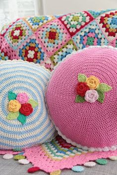 Crochet pillows Ring of Roses and Cath Kidston colors granny square blanket. Bag Crochet, Crochet Home, Love Crochet, Crochet Granny, Beautiful Crochet, Crochet Crafts, Crochet Projects, Crochet Tutorials, Blanket Crochet